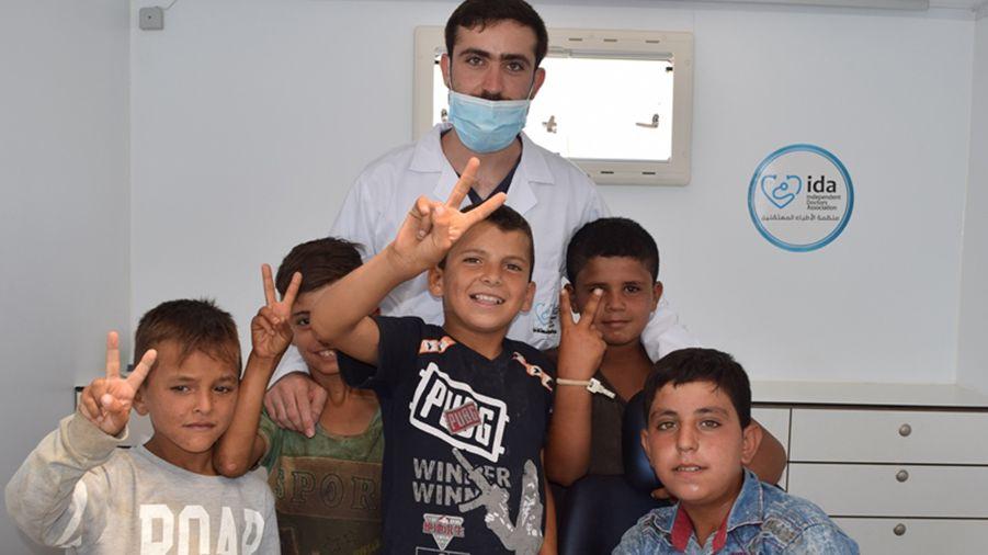 Zahnarzt mit Kindern