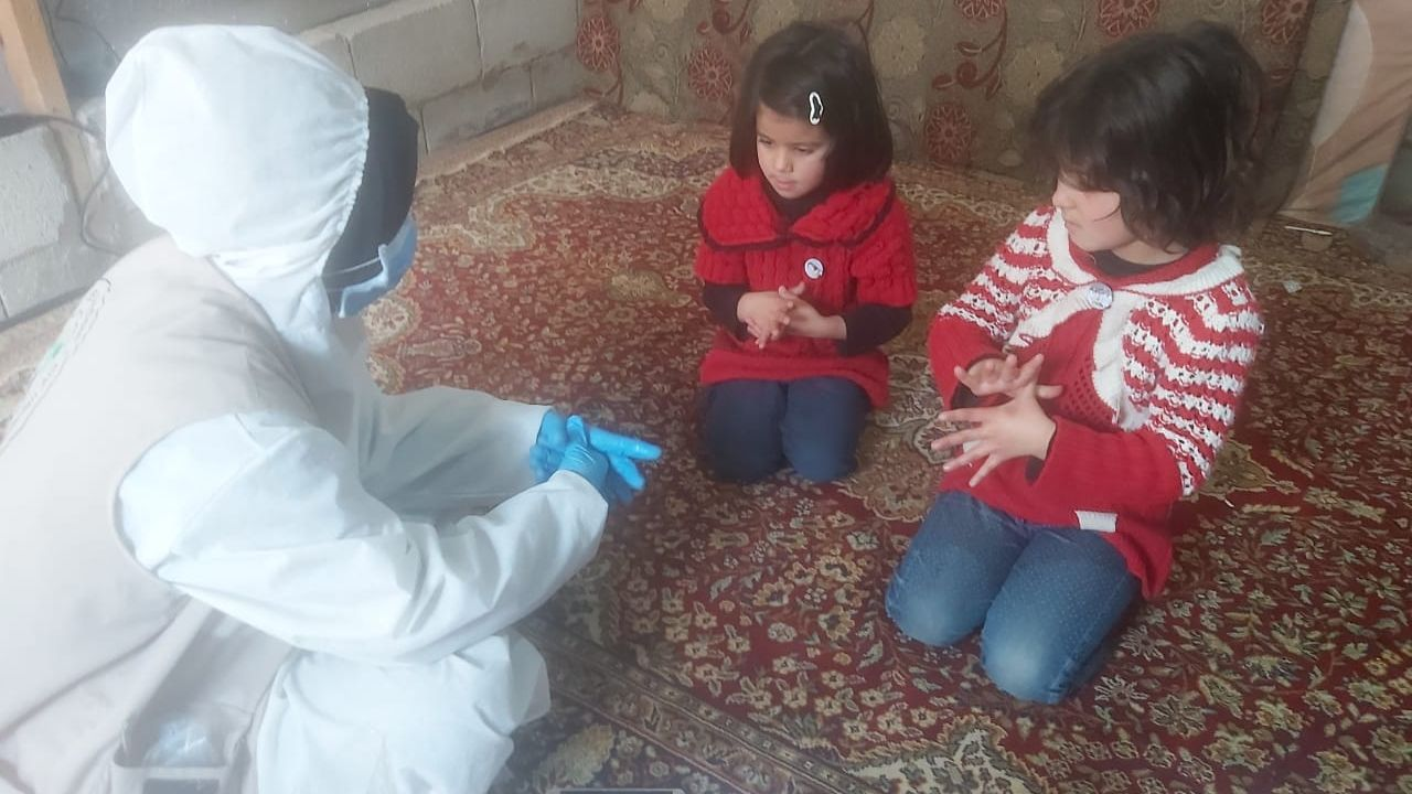 Kinder erhalten Lernmaterialien nach Hause