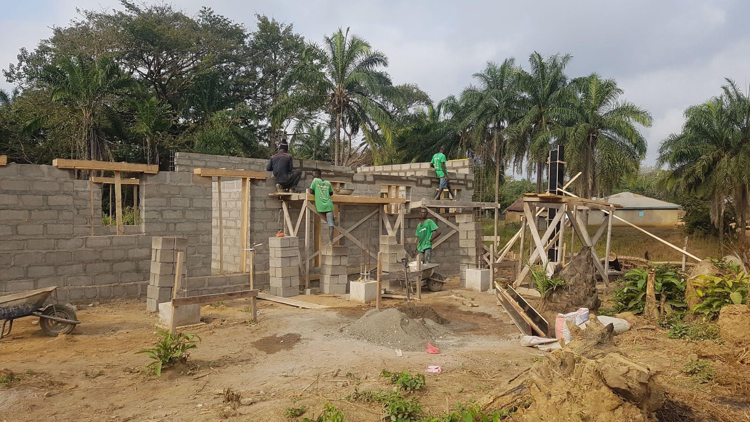 Schulbau im Dorf Mansadu in Sierra Leone