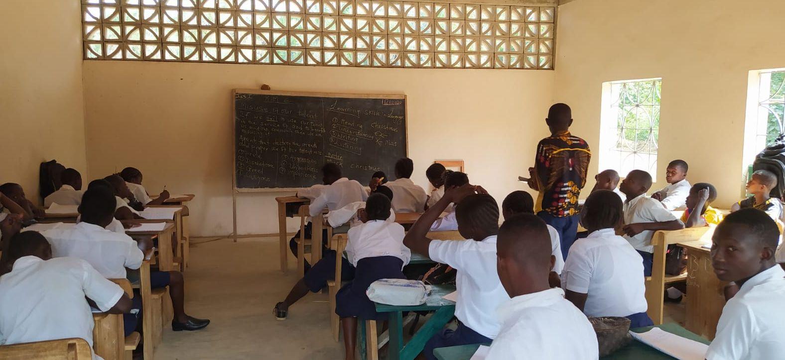 80 Kinder und Jugendliche besuchen die neue Junior Secondary School in Mansadu aktuell.
