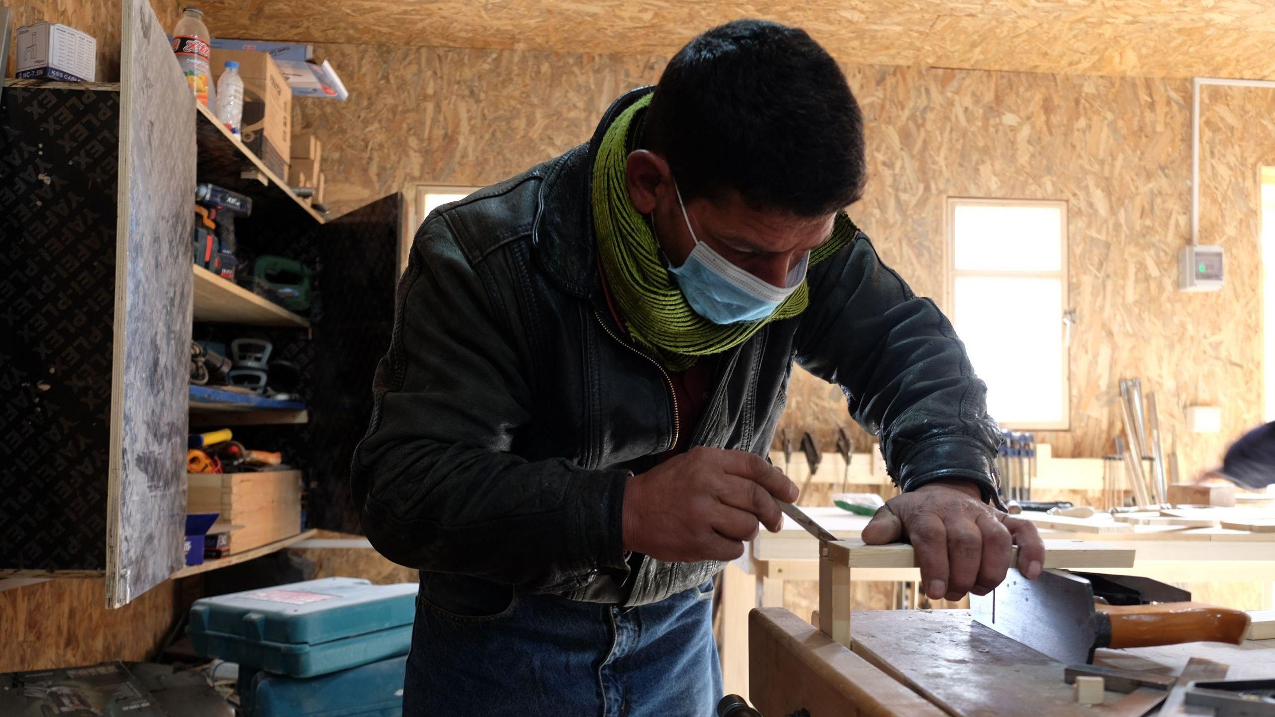 Ein Teilnehmer des Tischlerkurses im Libanon.