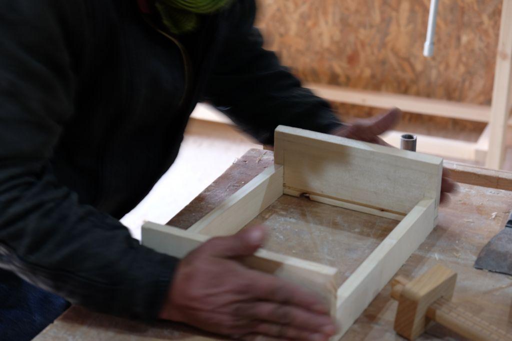 Die Teilnehmer bauen ein kleines Tablett.
