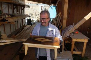 Ein Teilnehmer hält einen kleinen, selbstgebauten Tisch