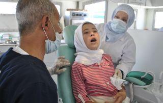 Ein Mädchen bei der Behandlung in der mobilen Zahnarztpraxis