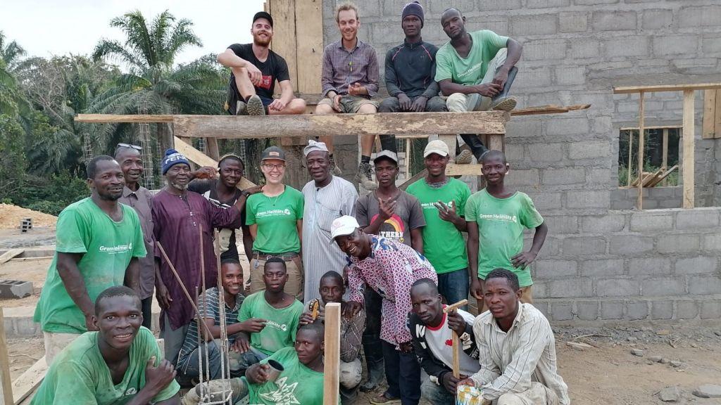 Gruppenfoto des Baustellen-Teams, unter anderem mit Benedikt Heinrich