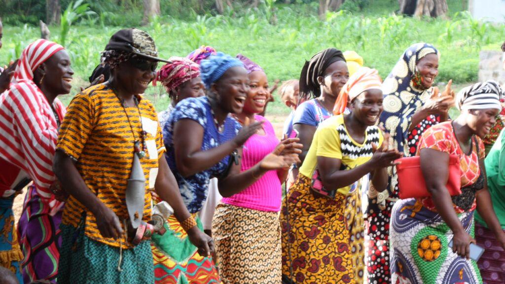 Frauen bei der Schlüsselübergabe in Mansadu
